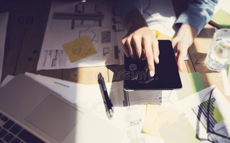 Mão da tabuleta de Digitas da exposição do toque da mulher Gestores de projeto que pesquisam o processo Negócio Team Working Star fotos de stock royalty free
