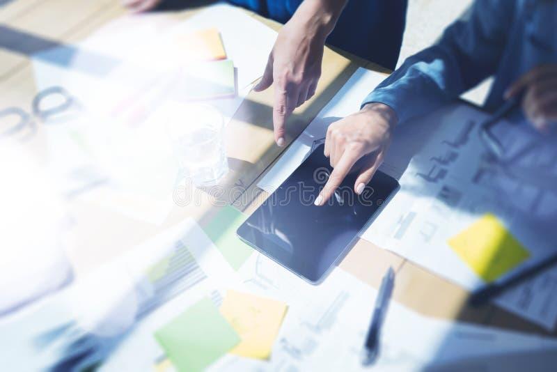 Mão da tabuleta de Digitas da exposição do uso da mulher Gestores de projeto que pesquisam o processo Escritório moderno de Team  fotos de stock royalty free