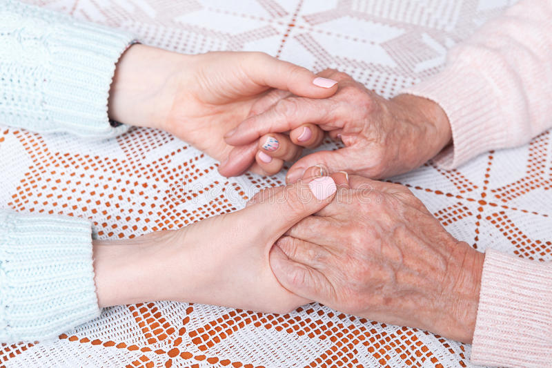 Mão da terra arrendada Conceito das pessoas idosas da assistência ao domicílio imagens de stock