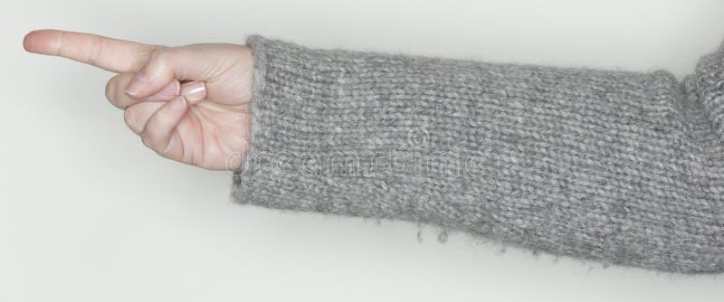 A mão das mulheres mostra um gesto como uma linguagem gestual foto de stock