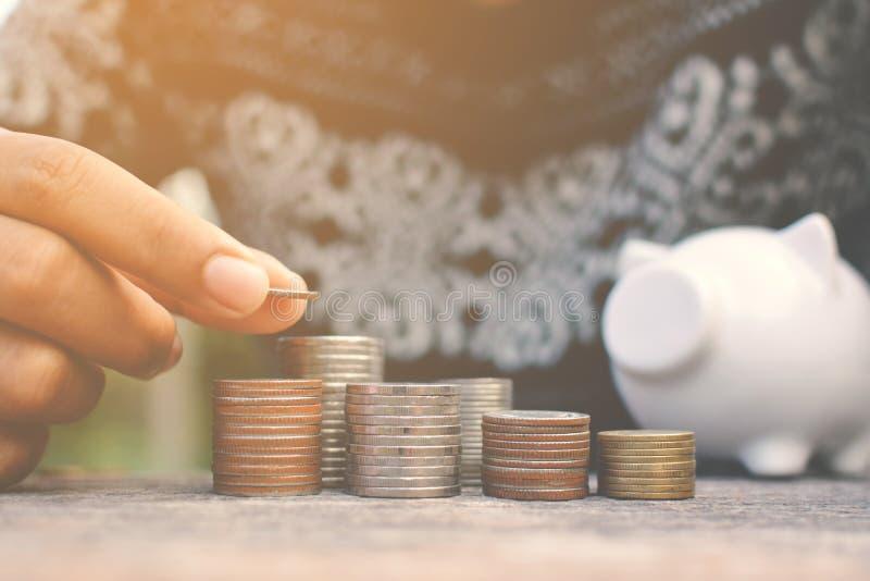 Mão das mulheres que guardam a moeda para ajustar o dinheiro imagens de stock royalty free