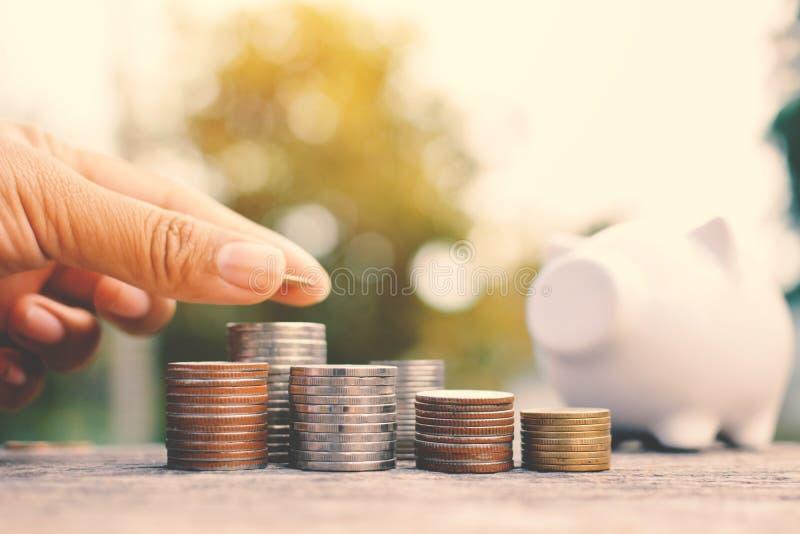 Mão das mulheres que guardam a moeda para ajustar o dinheiro fotografia de stock royalty free