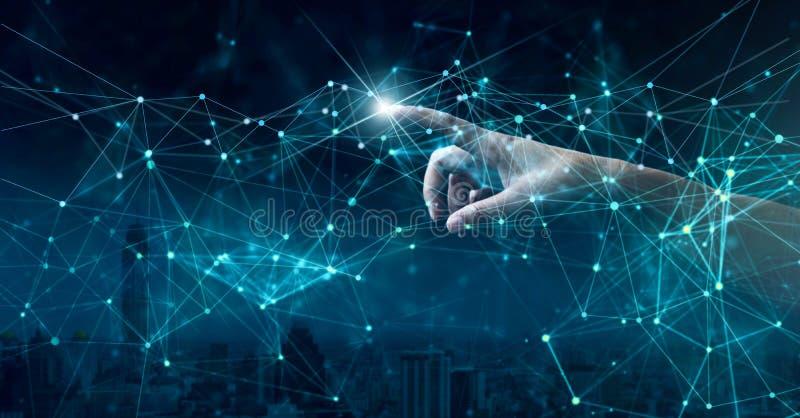 M?o de apontar a conex?o de rede global e as trocas de dados no mundo inteiro imagens de stock