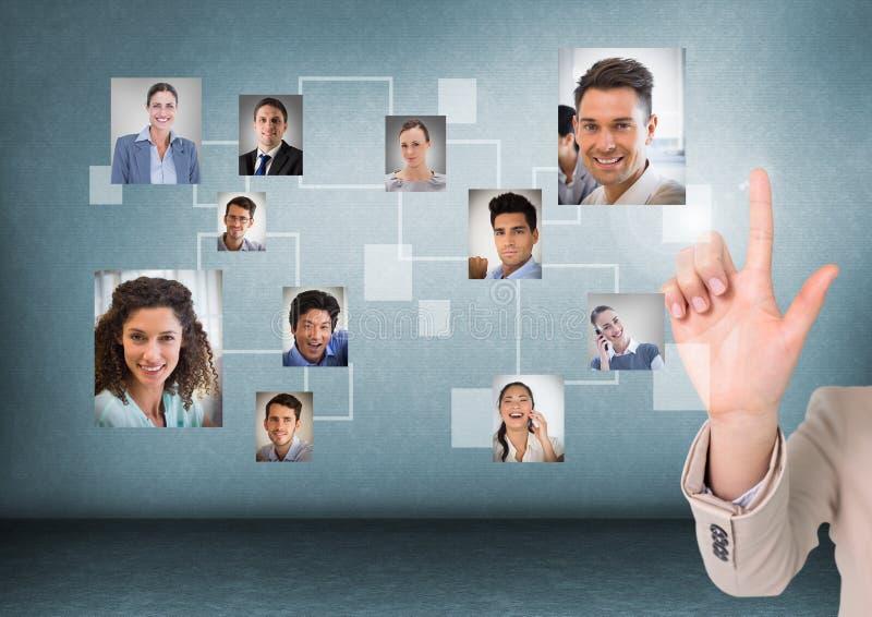 A mão de Businesswomans que interage e que escolhe uma pessoa da relação do grupo de pessoas foto de stock