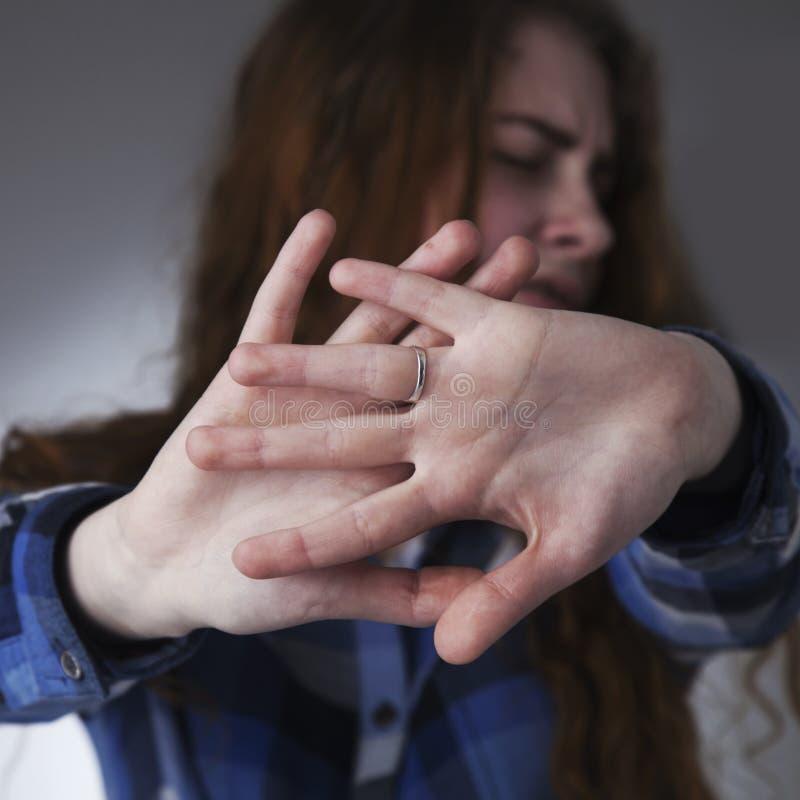 A mão de colocação assustado da mulher triste na frente da cara gesticula, o corpo l imagens de stock royalty free