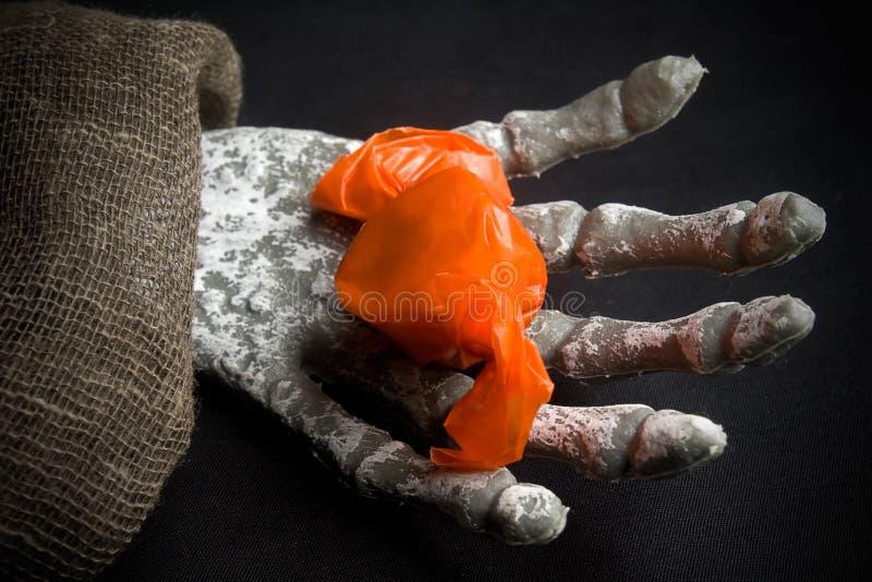 Mão de esqueleto que guarda doces fotografia de stock royalty free