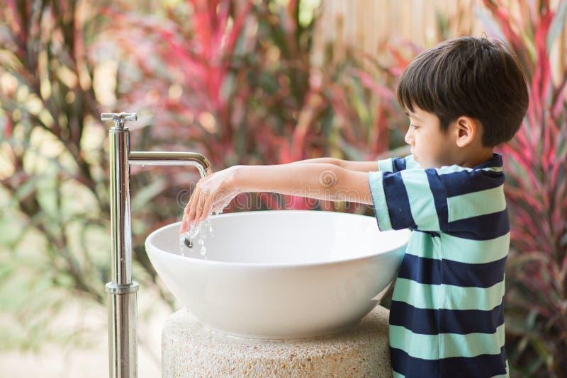 Mão de lavagem do menino no parque do toalete exterior foto de stock