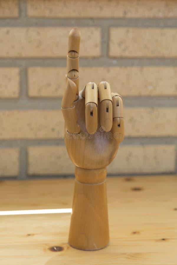 Mão de madeira articulada que faz o sinal de essa imagens de stock