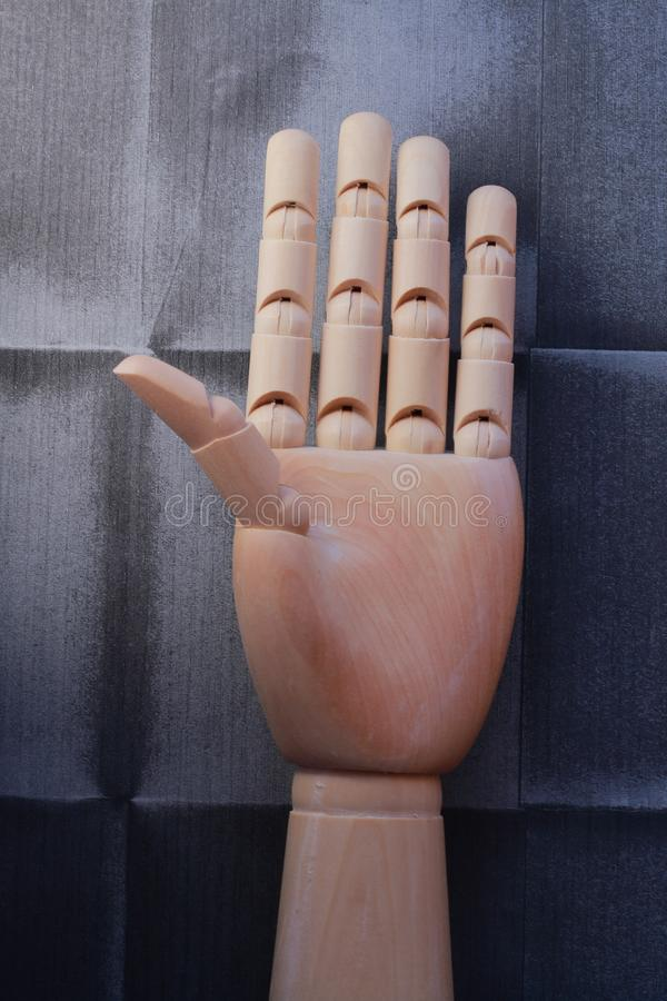 Mão de madeira com os cinco dedos aumentados imagens de stock