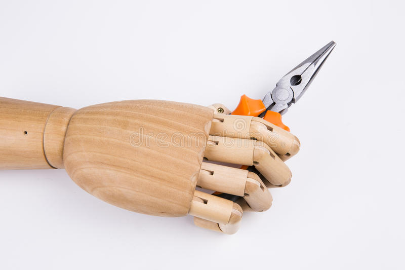 Mão de madeira guardando alicates fotos de stock royalty free