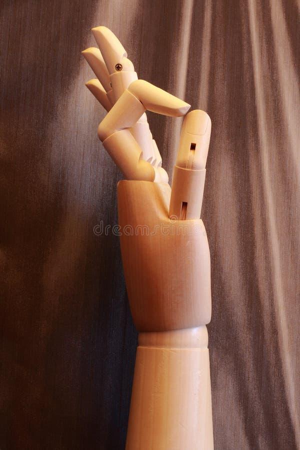 Mão de madeira que faz o sinal APROVADO foto de stock royalty free