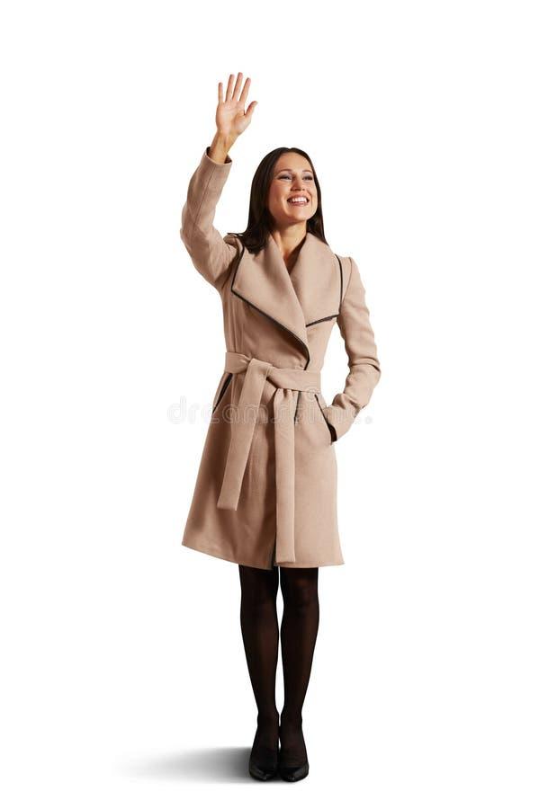 Mão de ondulação da jovem mulher feliz fotografia de stock royalty free