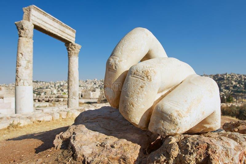 Mão de pedra de Hercules na citadela antiga em Amman, Jordânia foto de stock royalty free