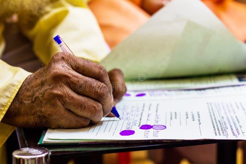 Mão de um ancião que redige o documento jurídico importante fotos de stock