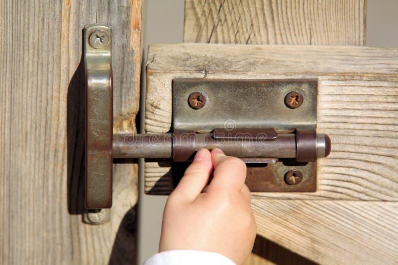 A Mão De Um Bebê Abre Uma Porta Foto de Stock Royalty Free