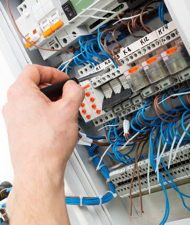 Mão de um eletricista foto de stock