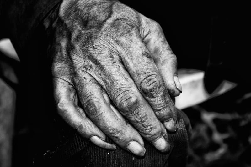mão de um homem aciganado imagem de stock