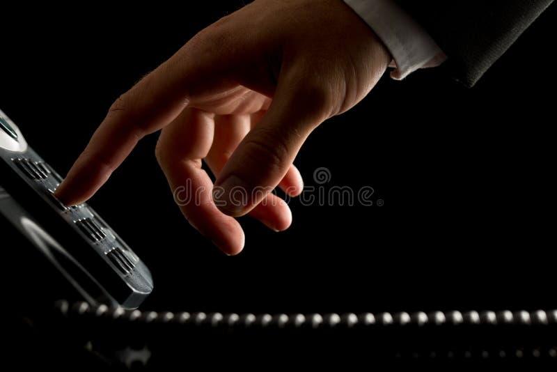 Mão de um homem de negócios que disca ou que inicia uma chamada imagem de stock