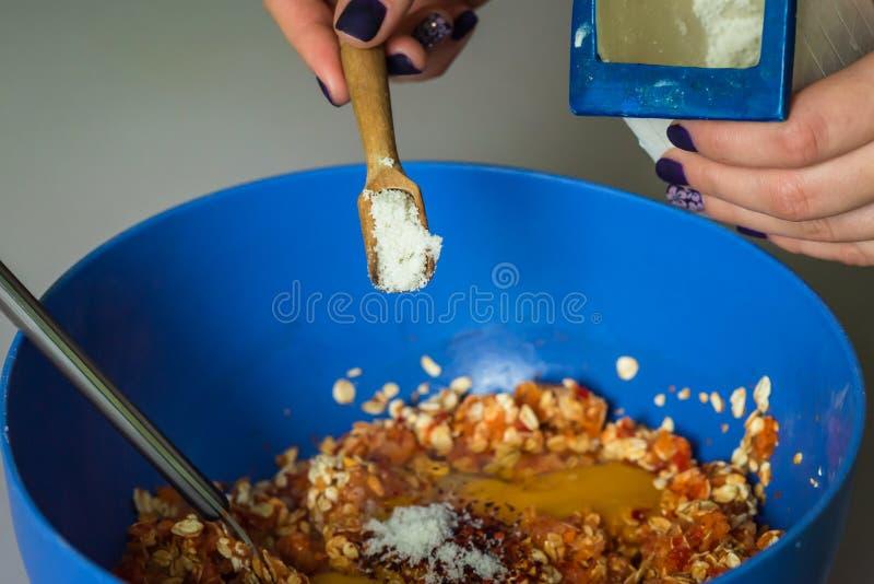 A mão derrama dentro o sal no enchimento imagens de stock