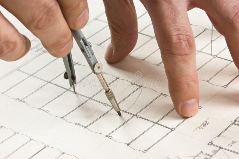 A mão desenha um lápis no desenho fotografia de stock