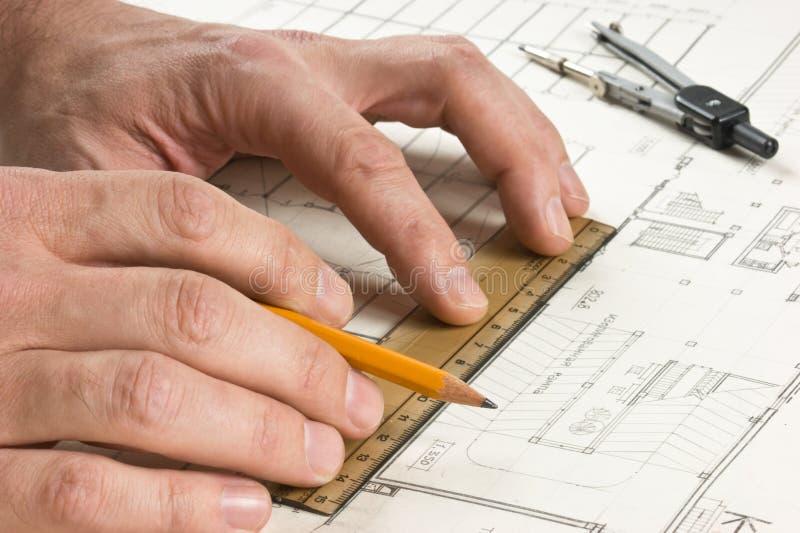 A mão desenha um lápis no desenho fotos de stock