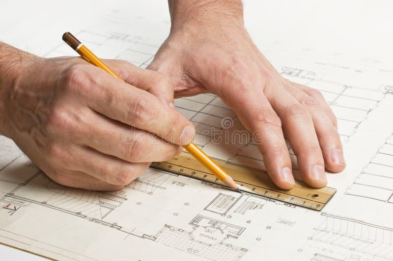 A mão desenha um lápis no desenho foto de stock