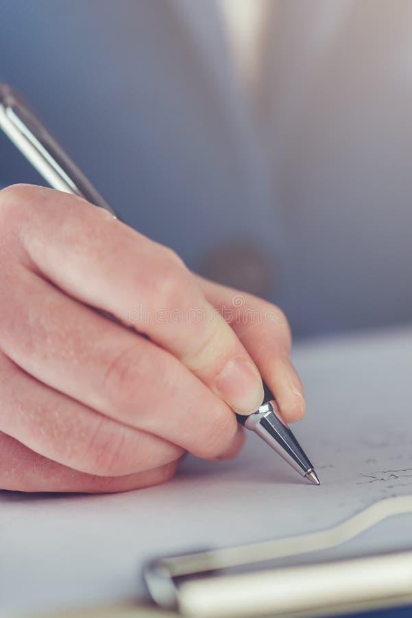 Mão do acordo de contrato de assinatura do negócio da mulher de negócios nova foto de stock