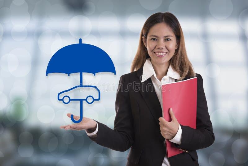 Mão do agente do vendedor que guarda o carro da proteção do guarda-chuva foto de stock