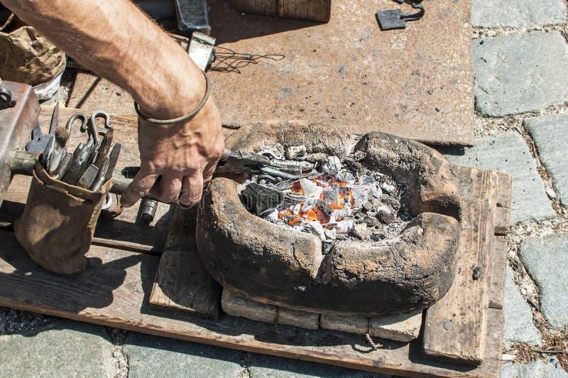 Mão do artesão que forja o metal foto de stock royalty free