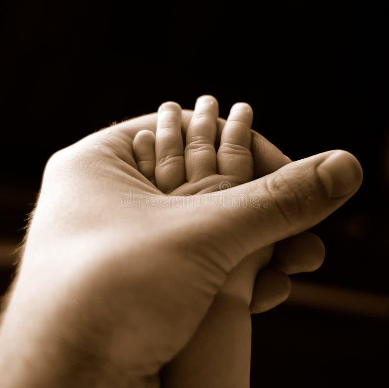 Mão do bebê e do pai fotos de stock royalty free