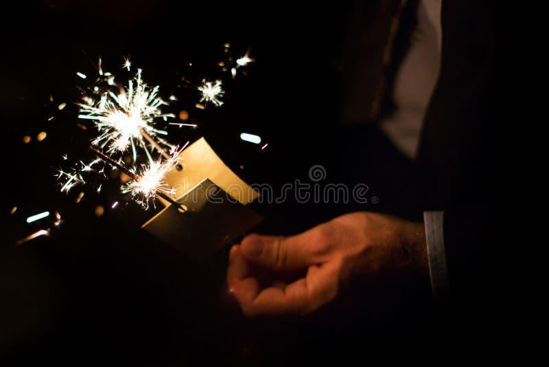 Mão do convidado que guarda a luz de Bengal no partido fotografia de stock royalty free