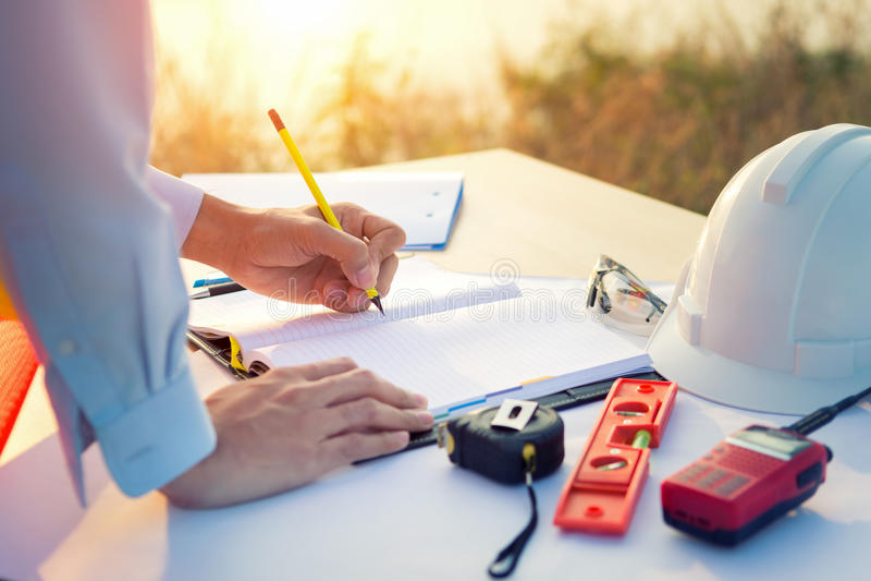 Mão do coordenador que esboça um projeto de construção com lápis fotos de stock royalty free