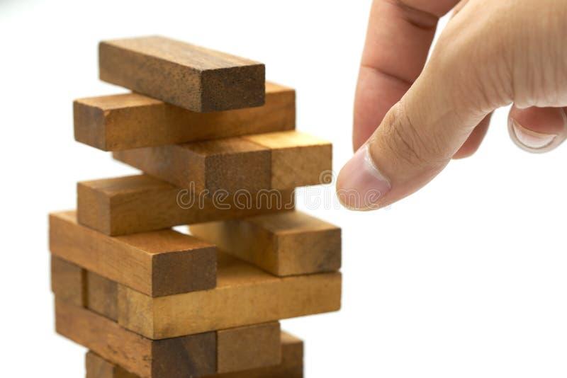 Mão do coordenador que joga um jogo de madeira dos blocos no vintag de madeira da tabela imagens de stock royalty free