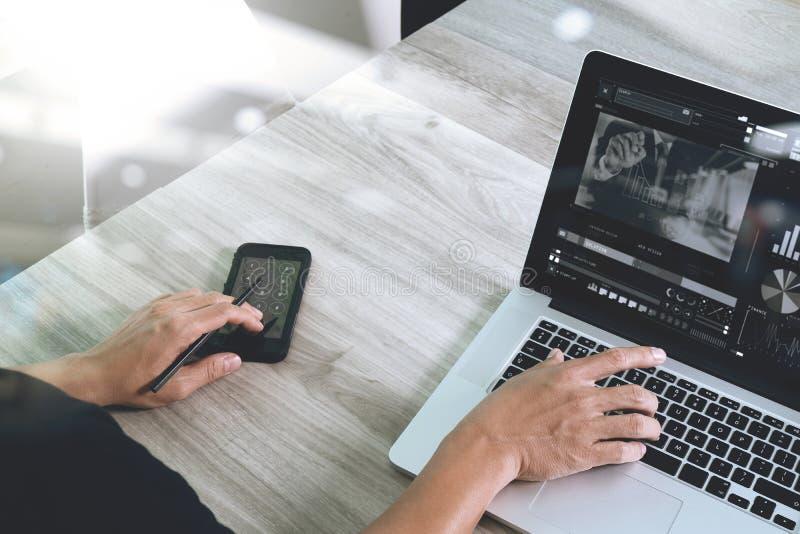 Mão do desenhista do Web site que atende à videoconferência com portátil foto de stock