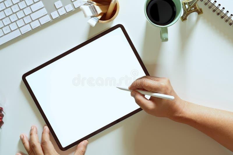 Mão do designer gráfico usando a pena digital da tabuleta no estúdio imagem de stock
