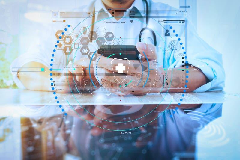 Mão do doutor da medicina que trabalha com o telefone esperto moderno com comput fotos de stock royalty free
