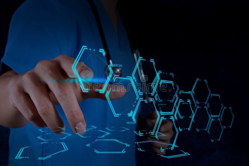 Mão do doutor da medicina que trabalha com relação moderna do computador foto de stock royalty free