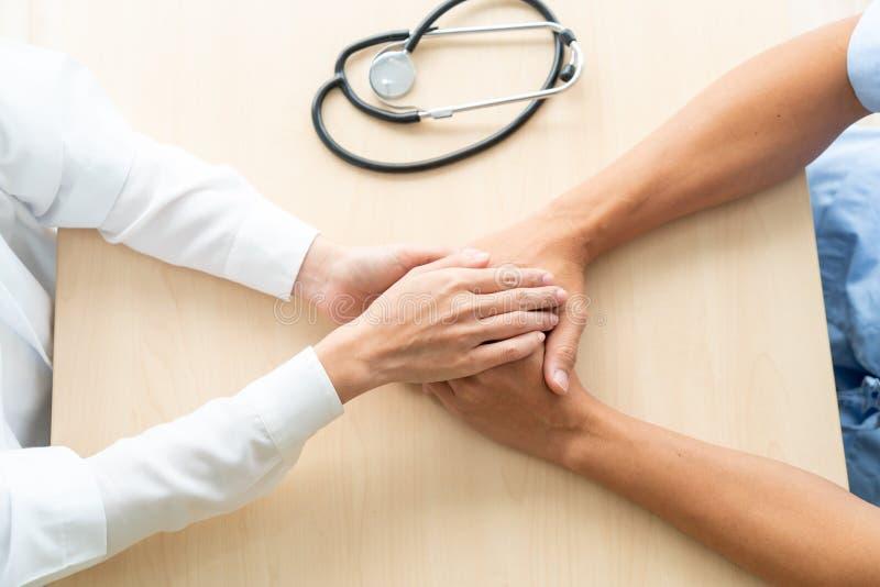 Mão do doutor fêmea que guarda sobre seu paciente superior imagens de stock