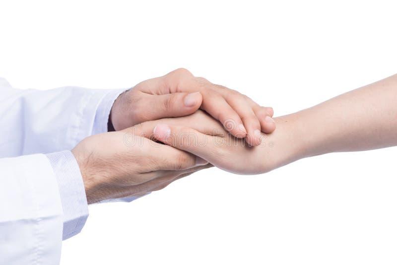 Mão do doutor masculino médico que guarda com cuidado as mãos pacientes do ` s imagem de stock