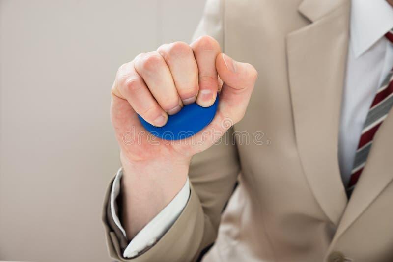Mão do empresário com stressball fotografia de stock
