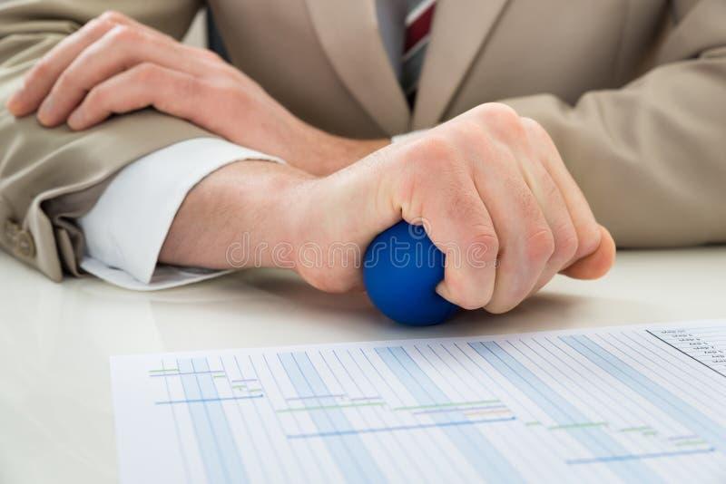 Mão do empresário com stressball imagens de stock