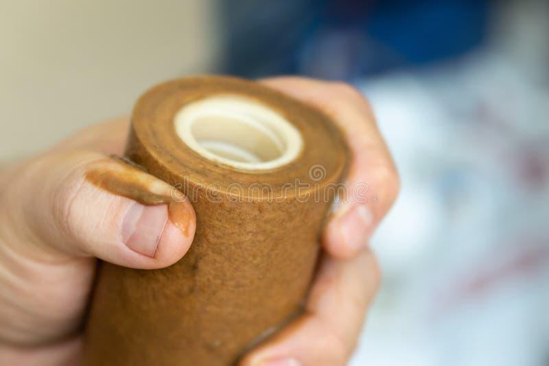 Mão do encanador do close-up que guarda o filtro oxidado sujo usado da primeira fase para a água potável Cartucho em mudança da c foto de stock royalty free