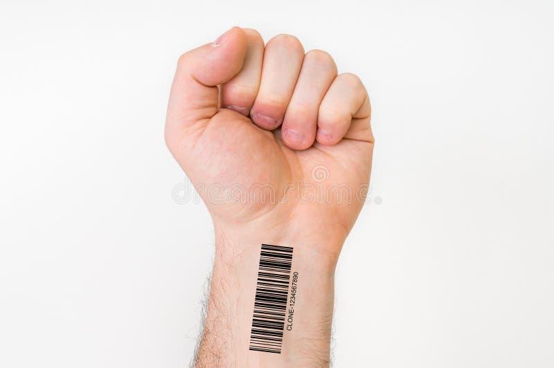 Mão do homem com código de barras - conceito genético do clone fotos de stock