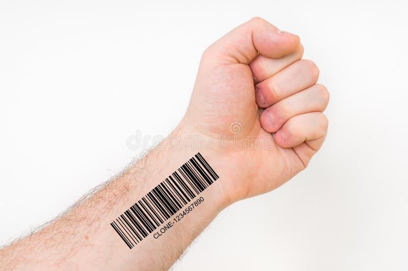 Mão do homem com código de barras - conceito genético do clone fotos de stock royalty free