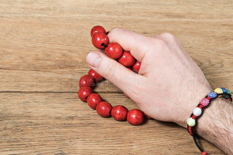 Mão do homem com enfeites fêmeas fotografia de stock royalty free