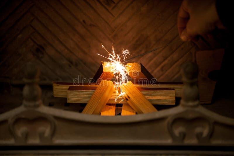 Mão do homem com o chuveirinho de queimadura na chaminé fotografia de stock