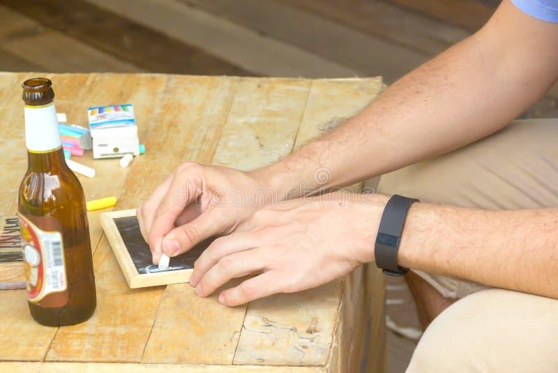 Mão do homem com uma parte de giz fotografia de stock royalty free