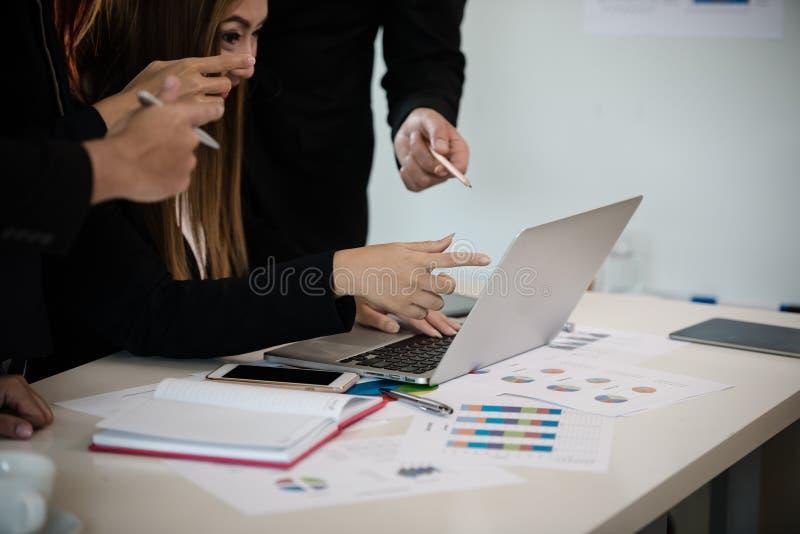 Mão do homem de negócio e da mulher em uma sala de reunião, ponto no m foto de stock