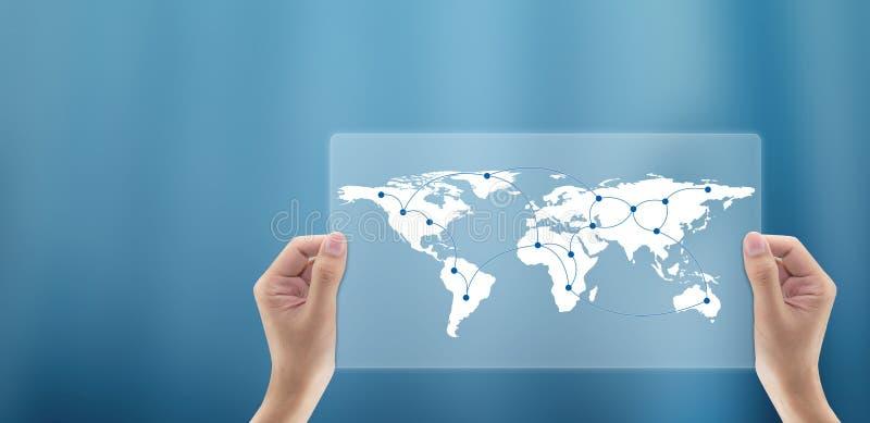mão do homem de negócio que guarda uma comunicação digital do mapa do mundo global fotos de stock royalty free