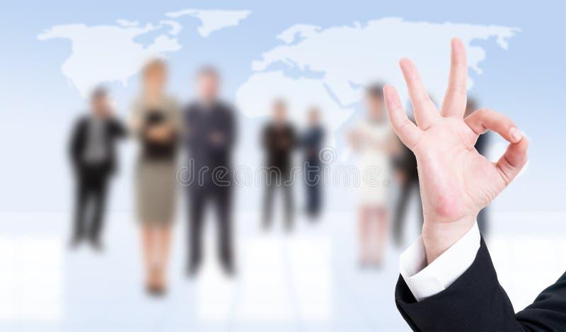 Mão do homem de negócio que mostram está bem ou gesto perfeito fotografia de stock